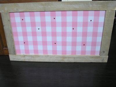 Prikbord van steigerhout en roze blokstof