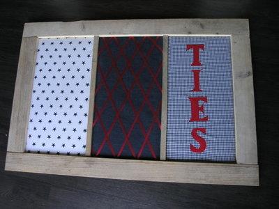Prikbord van steigerhout en diverse stoffen