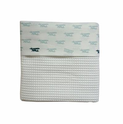 Ledikant deken wafelstof wit/vliegtuigjes poedergroen