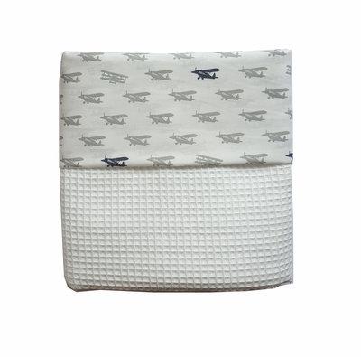 Ledikant deken wafelstof wit/ vliegtuigjes grijs