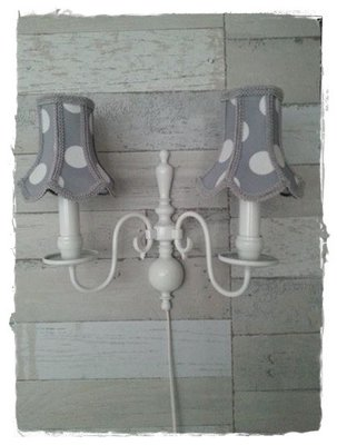 Hip twee armig wandlampje met kapjes grijze stip groot