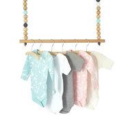 Houten ophang systeem babykleertjes